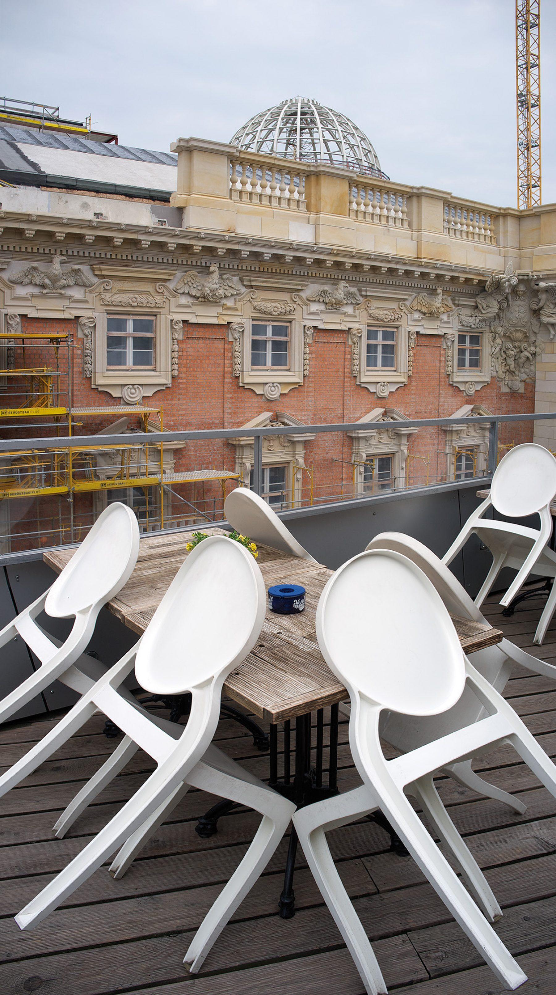 Schlossfassade+Stühle