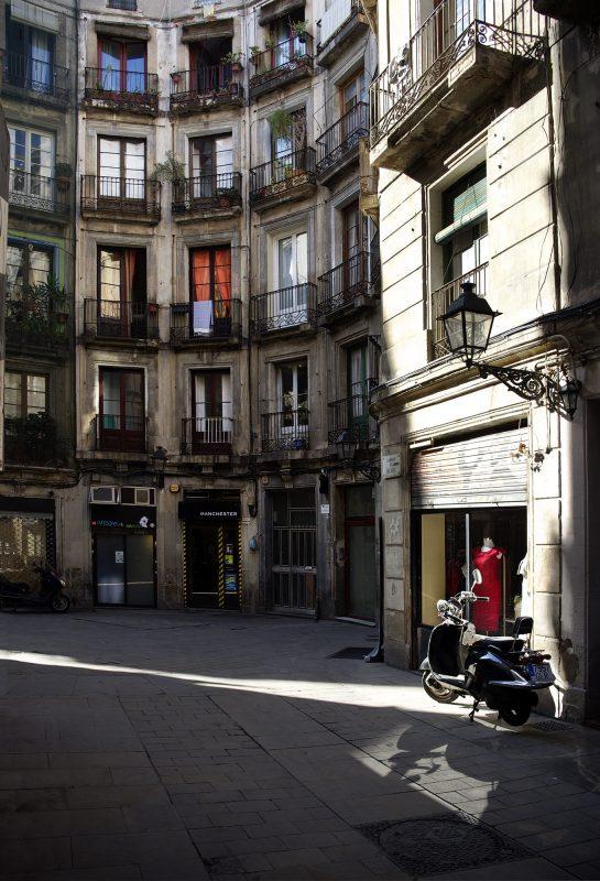 Barcelona, Altstadt, Innenhof, rotes kleid, Schaufenster,