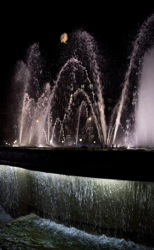 Barcelona, Plaça d'Espanya, Brunnen beleuchtet, Wasserspiel, Nacht