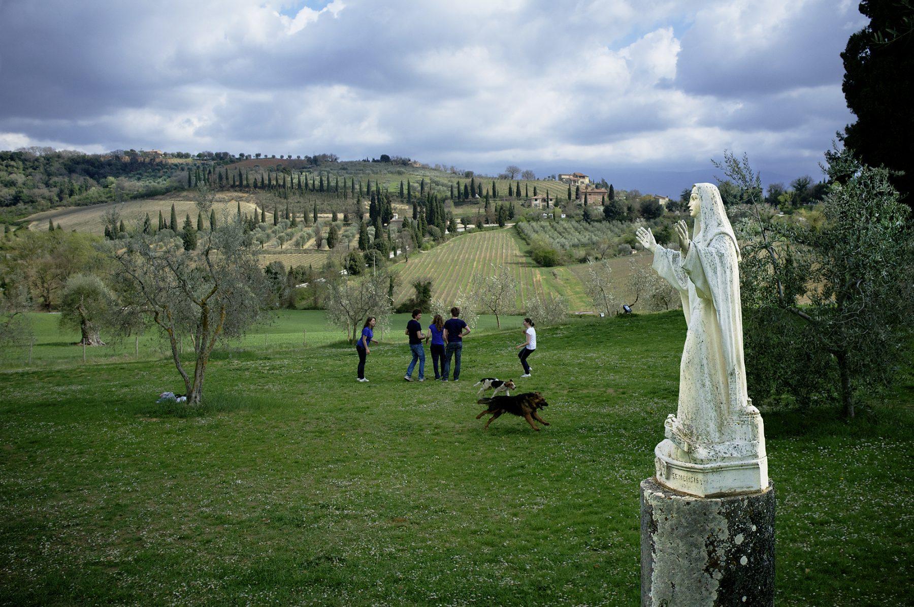 Italien, Toskana, Landschaft, Steinmadonna, junge Menschen