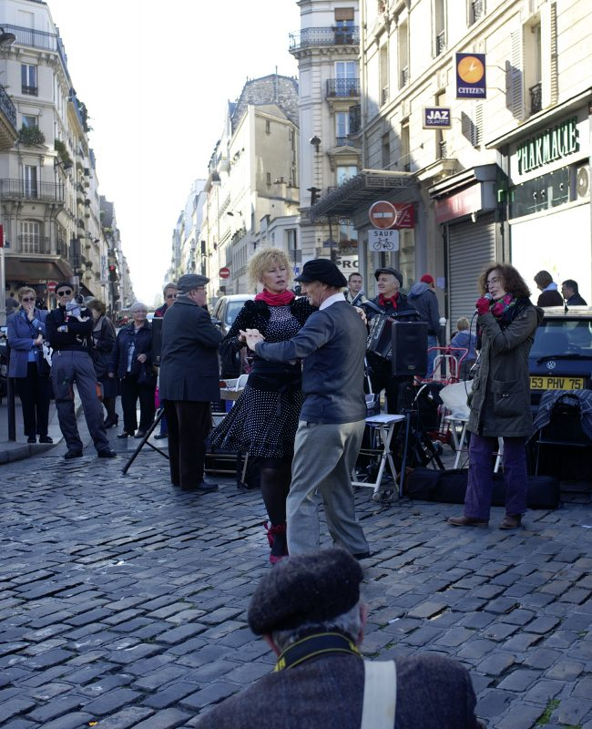 Paris, Rue Mouffetard, Paar tanzen, Touristen