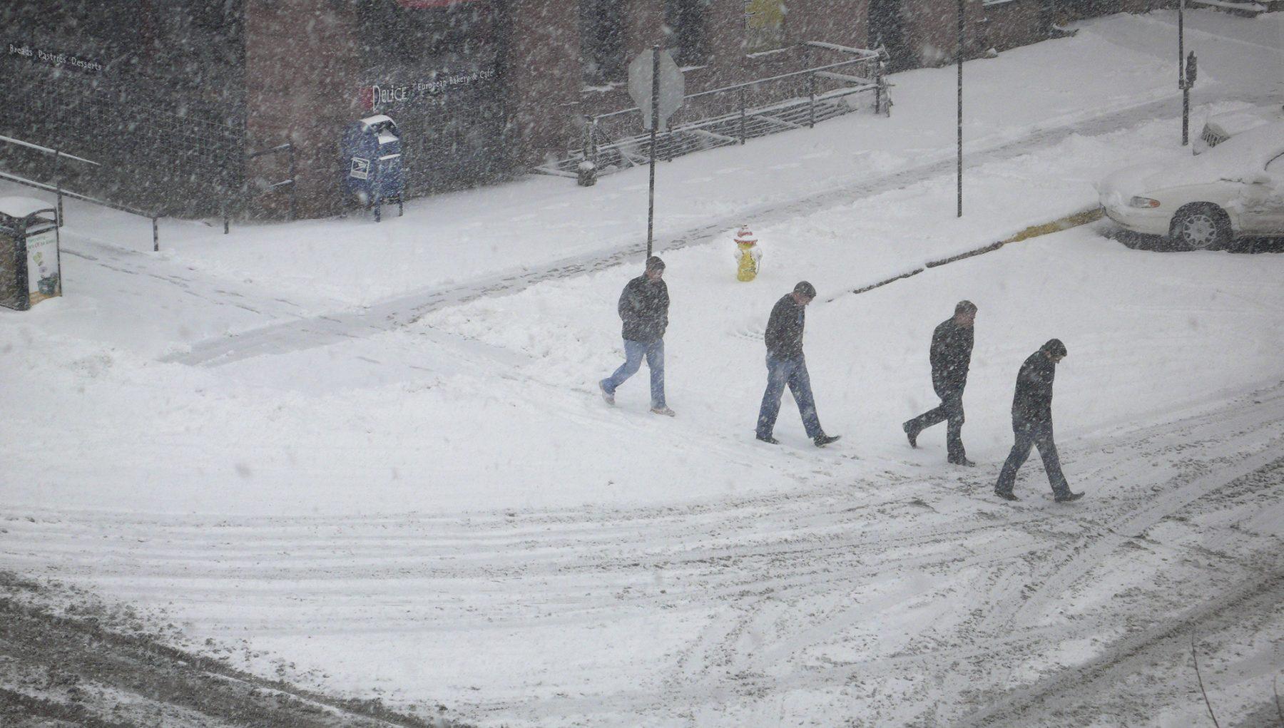 4 männer im Schnee