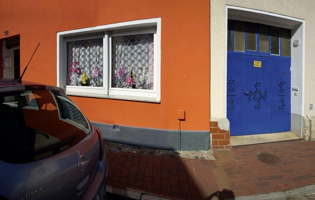Blumenfenster, buntes Haus,