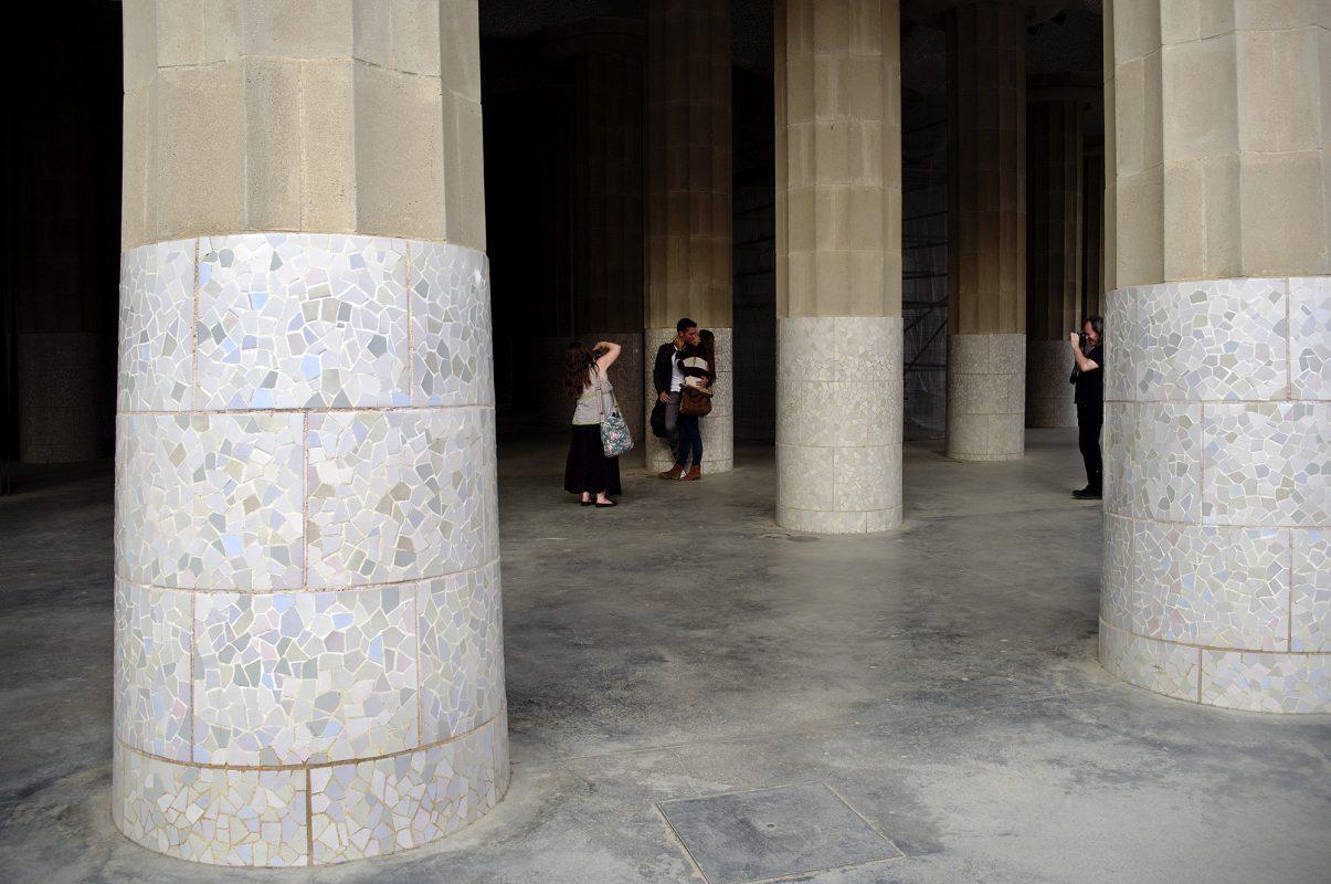 Park Güell, Säulen, Paar, Umarmung